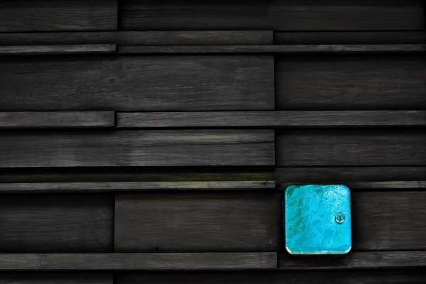 Caja azul con cerradura