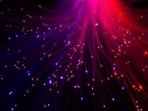 Postal: Luz escapando de la fibra óptica