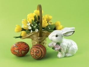 Flores, huevos de Pascua y una conejita