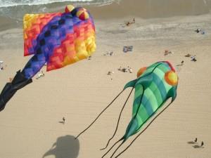 Postal: Cometas con formas originales, en la playa