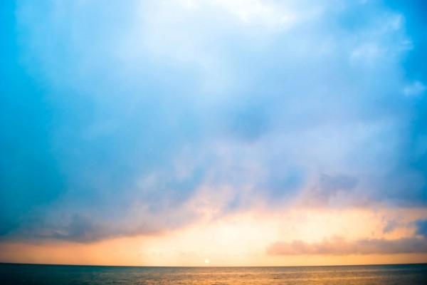 Amanecer azul sobre el mar