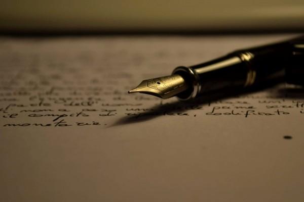 Pluma estilográfica sobre el papel