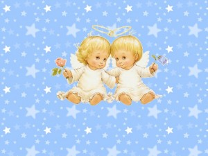 Postal: Dos angelitos abrazados con una rosa en la mano