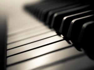 Postal: Teclado de un piano clásico