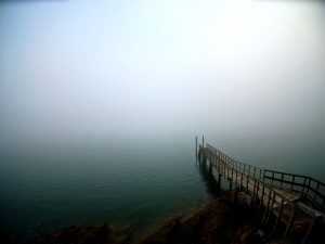 Embarcadero hacia la niebla