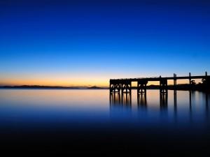 El horizonte en Maraetai (Auckland, Nueva Zelanda) antes de la salida del sol