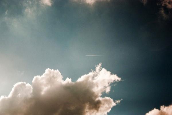 La estela de un avión volando muy alto