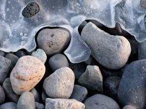 Postal: Hielo entre las piedras