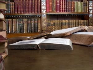 Una biblioteca con libros antiguos