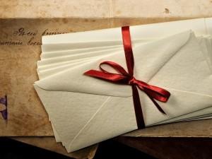 Cartas atadas con una cinta roja