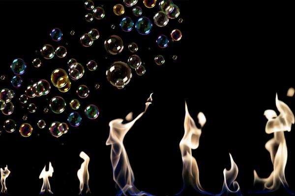 Siluetas en llamas y burbujas de jabón de diferentes colores