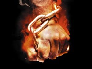 Postal: Mano agarrando una cadena