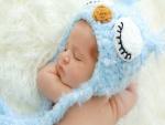 Bebé durmiendo con un gorro azul
