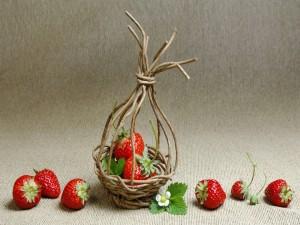 Postal: Cestita con fresas