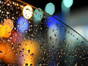 Postal: Gotas de lluvia en la ventanilla del coche