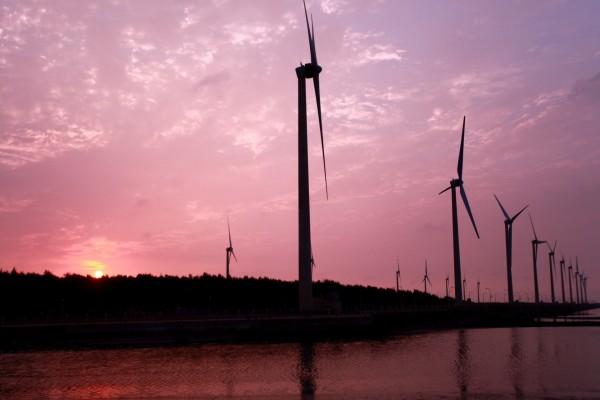 Molinos de viento en la puesta de sol