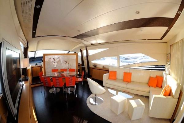 Interior de un yate de lujo
