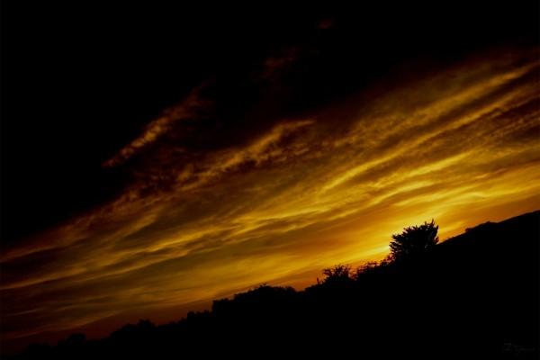 Cielo oscuro y dorado