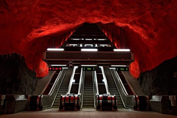 """Estación de metro """"Solna centrum"""", Estocolmo, Suecia"""