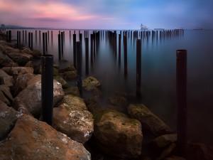 Estacas en el mar (Limasol, Chipre)