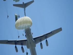 Saltando en paracaídas desde un avión C-141 Starlifter