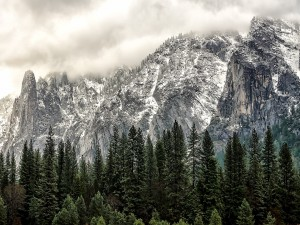 Postal: Montañas nevadas en el Parque nacional de Yosemite, California