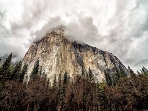 El Capitán, una formación rocosa vertical en el Parque Nacional de Yosemite, California