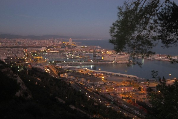 Vista nocturna, desde Montjuic, del Puerto de Barcelona