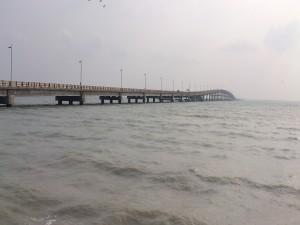 Un largo puente sobre el mar