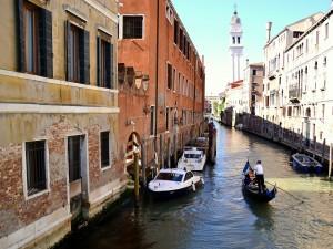 Postal: Paseando en góndola por los canales de Venecia