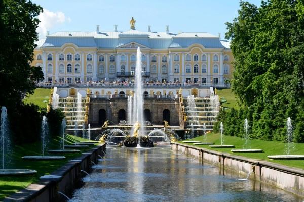 """Palacio Peterhof (San Petersburgo), con """"Sansón y el León"""" en el centro de la foto"""