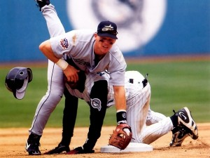 Tropiezo entre jugadores de béisbol