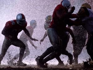 Fútbol americano bajo la lluvia