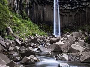 Svartifoss (Cascada Negra), en el Parque Nacional Skaftafell, Islandia