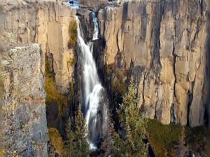 Gran cascada de agua en Colorado (Estados Unidos)