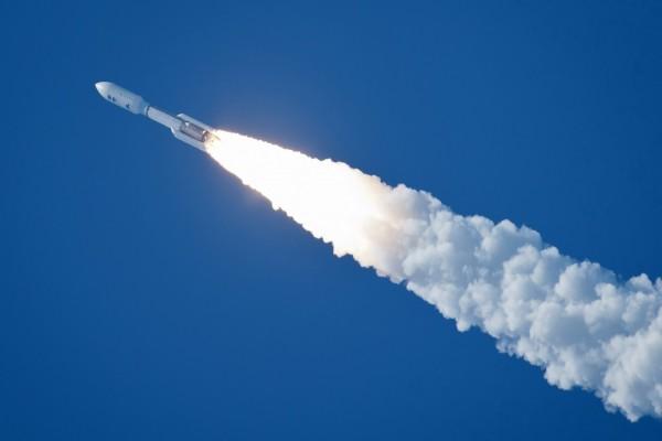 Cohete Atlas V transportando la sonda espacial Juno con destino Júpiter