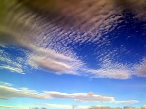 Un cielo azul manchado de nubes