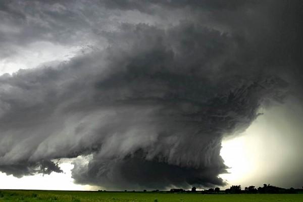 Un huracán destruyendo todo a su paso