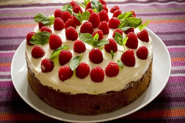 Tarta de crema con frambuesas