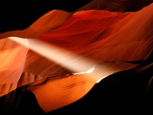 Postal: Luz filtrándose entre la roca, Cañón del Antílope, Arizona