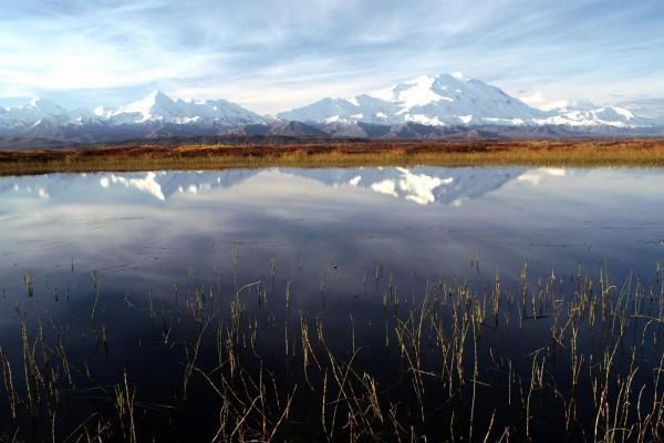 Montañas nevadas reflejadas en un lago