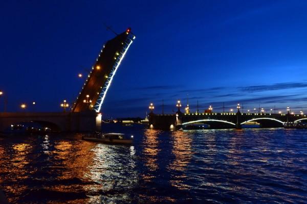 Puente levadizo en San Petersburgo, Rusia