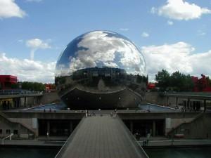 Edificio esférico cubierto de espejos