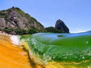 La ola llegando a la orilla de la playa