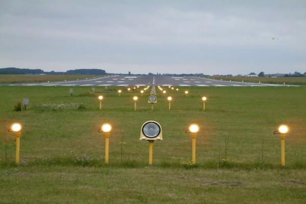 Luces en la pista de aterrizaje