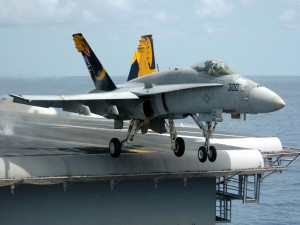 Un F/A-18 Hornet despegando de un portaaviones