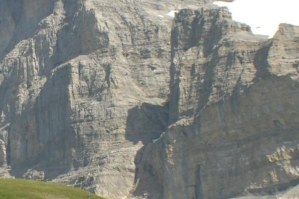 Sombra de un bisonte en la montaña Eiger, Alpes berneses de Suiza
