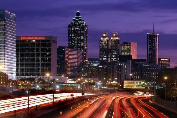 Tráfico en la noche de Atlanta, Georgia, Estados Unidos