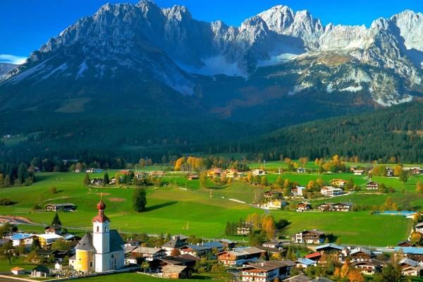 Campos verdes y montañas en el Tirol, Austria