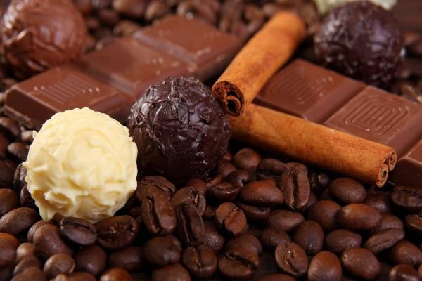 Chocolate, canela en rama y café